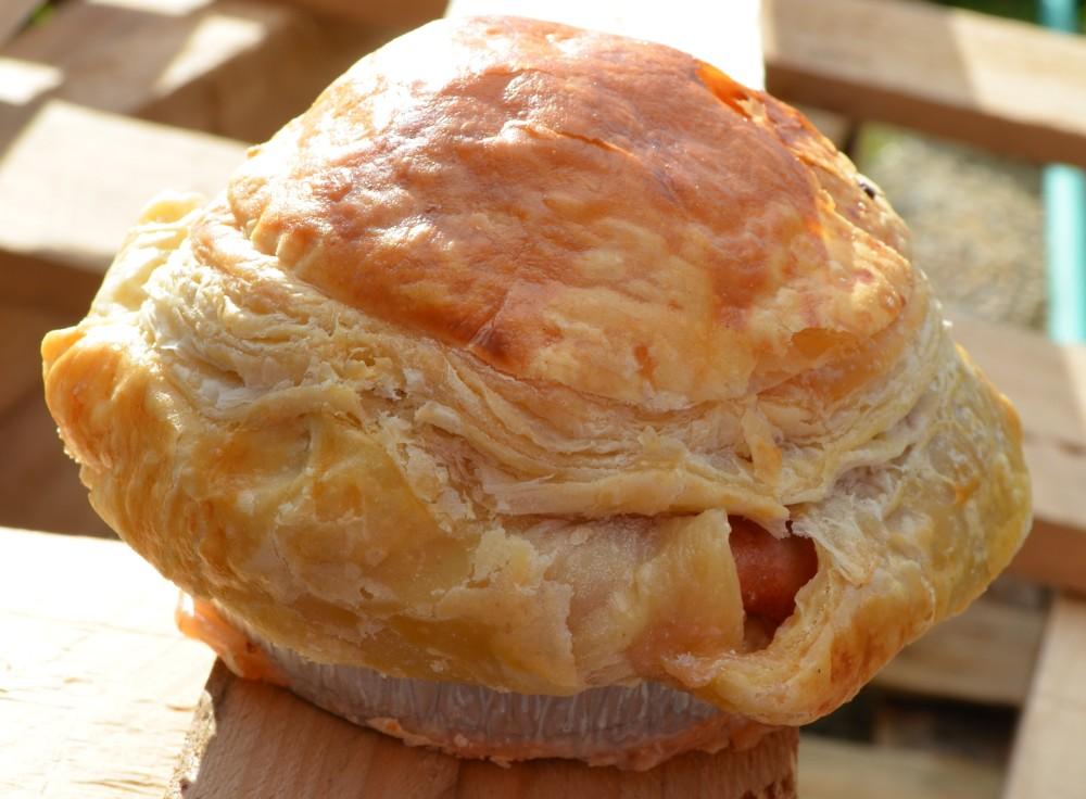 Il s\u0027agit d\u0027une pâtisserie normande faite d\u0027une poire ou d\u0027une pomme  préalablement pelée et évidée enveloppée dans une abaisse de pâte cuite au  four.